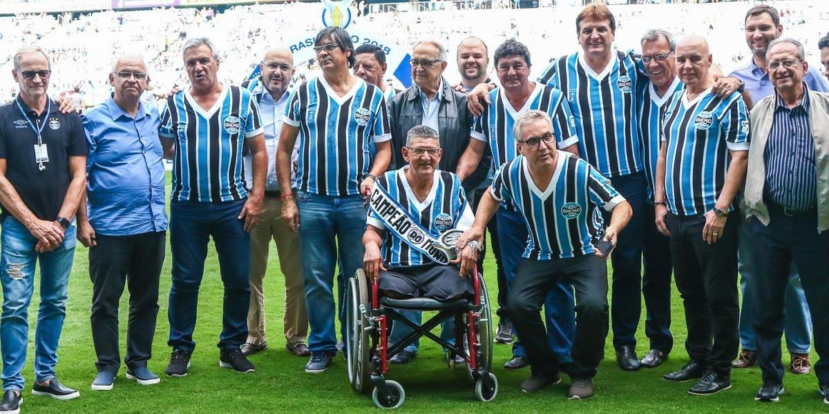 Última passagem de Caio (na cadeira de rodas) pelo Grêmio foi em dezembro de 2018, quando a direção homenageou os primeiros campeões da Libertadores
