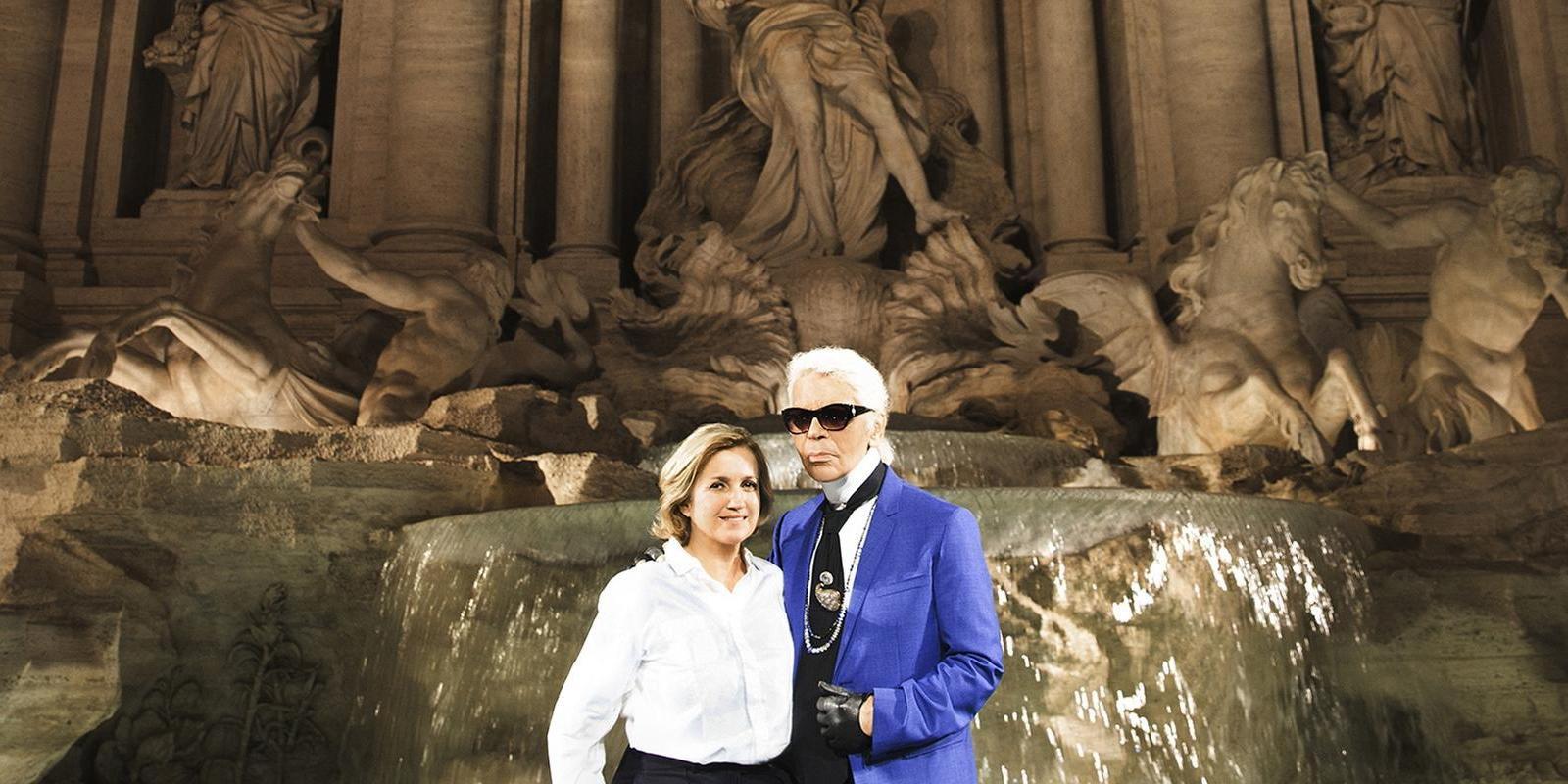 Silvia Venturini Fendi e Karl Lagerfeld em frente à Fonte de Trevi, em Roma
