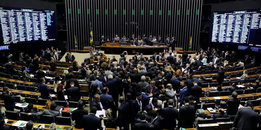 Em votação simbólica, a Câmara aprovou nesta terça-feira o projeto que suspende sigilo sobre documentos