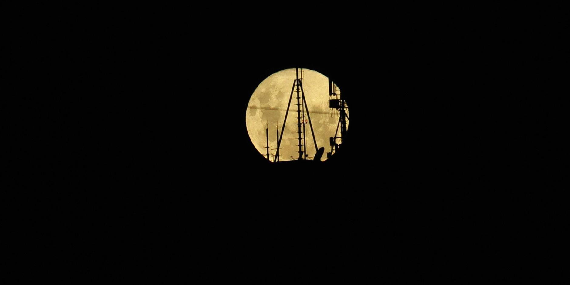 De acordo com astrônomos, lua esteve a 356,7 mil quilômetros de distância da Terra nesta terça