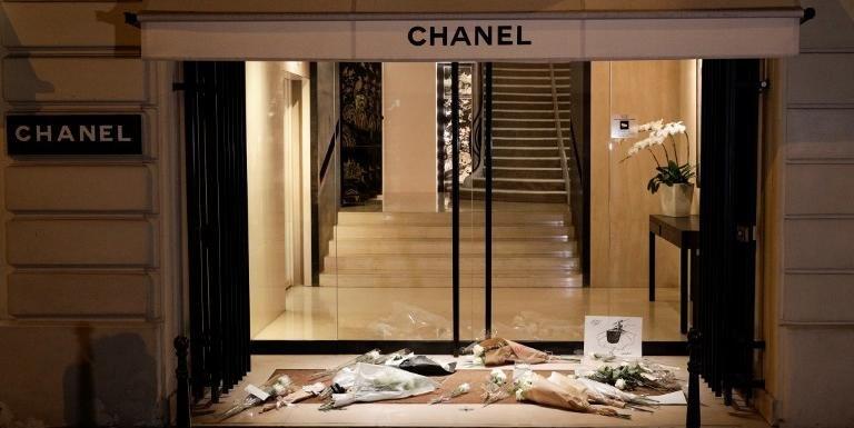 Rosas brancas foram colocadas em frente à loja da Chanel em Paris após a morte do estilista