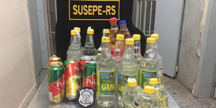 Foram apreendidas dezesseis garrafas de cachaça, cinco latas de cerveja e carregadores de celular