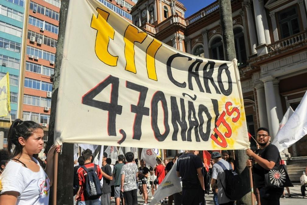 Estudantes se reuniram em frente à prefeitura para protestar contra o aumento da passagem