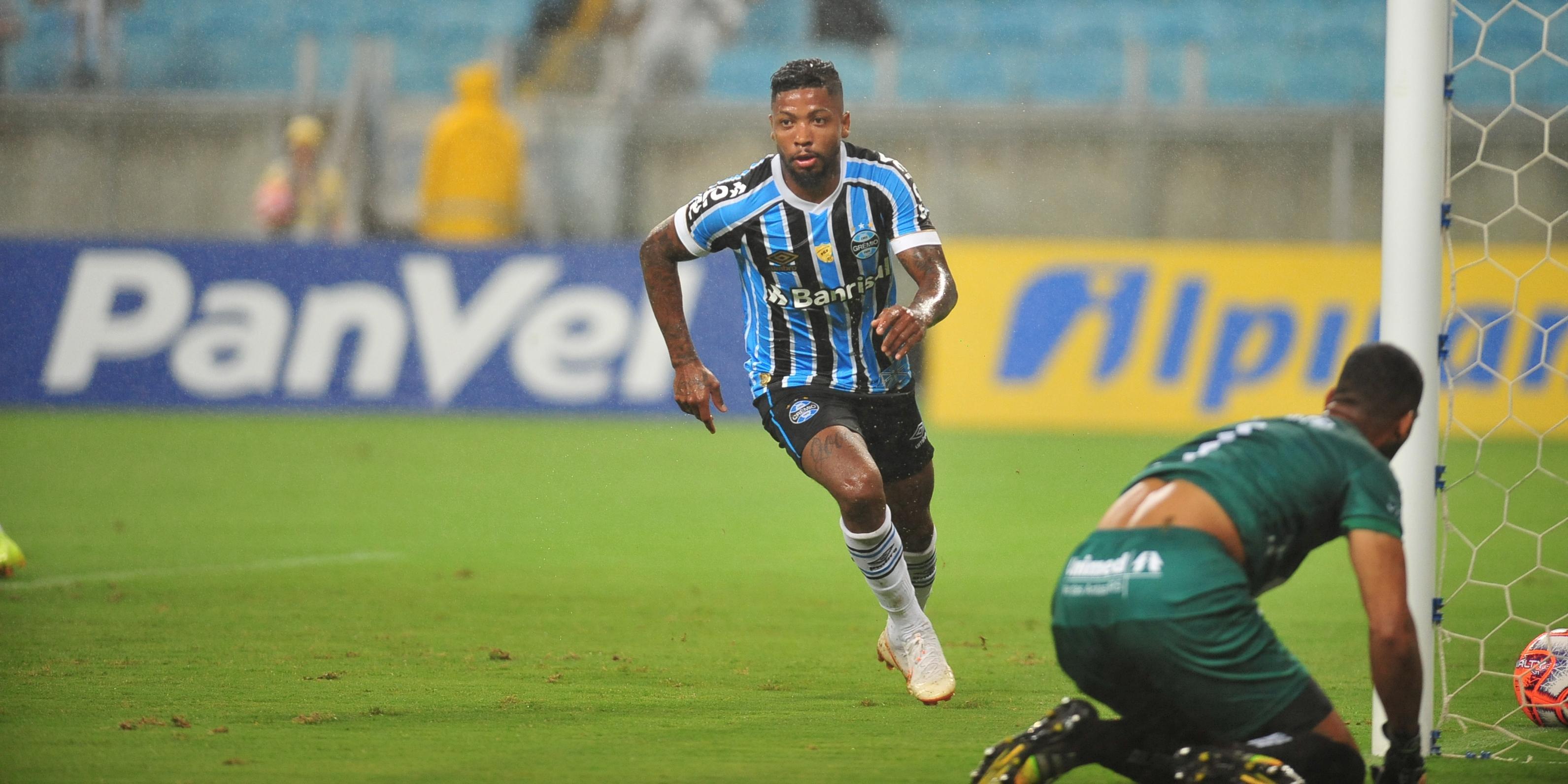 Marinho marcou os dois gols do Grêmio