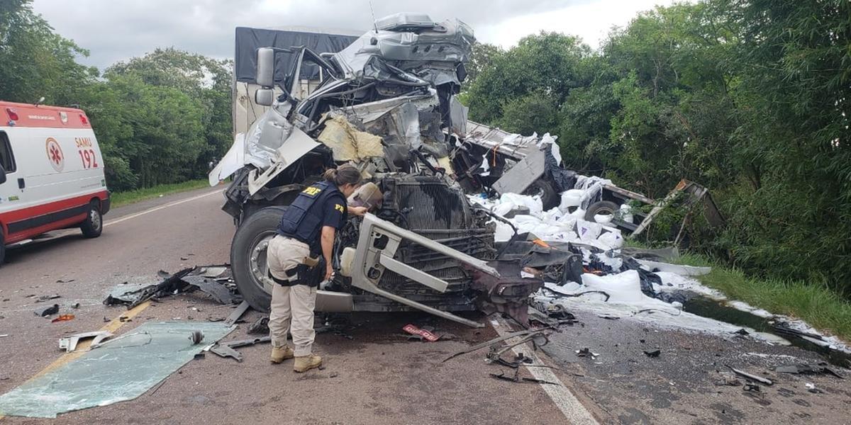 Acidente com três caminhões e um automóvel causou a morte de uma pessoa