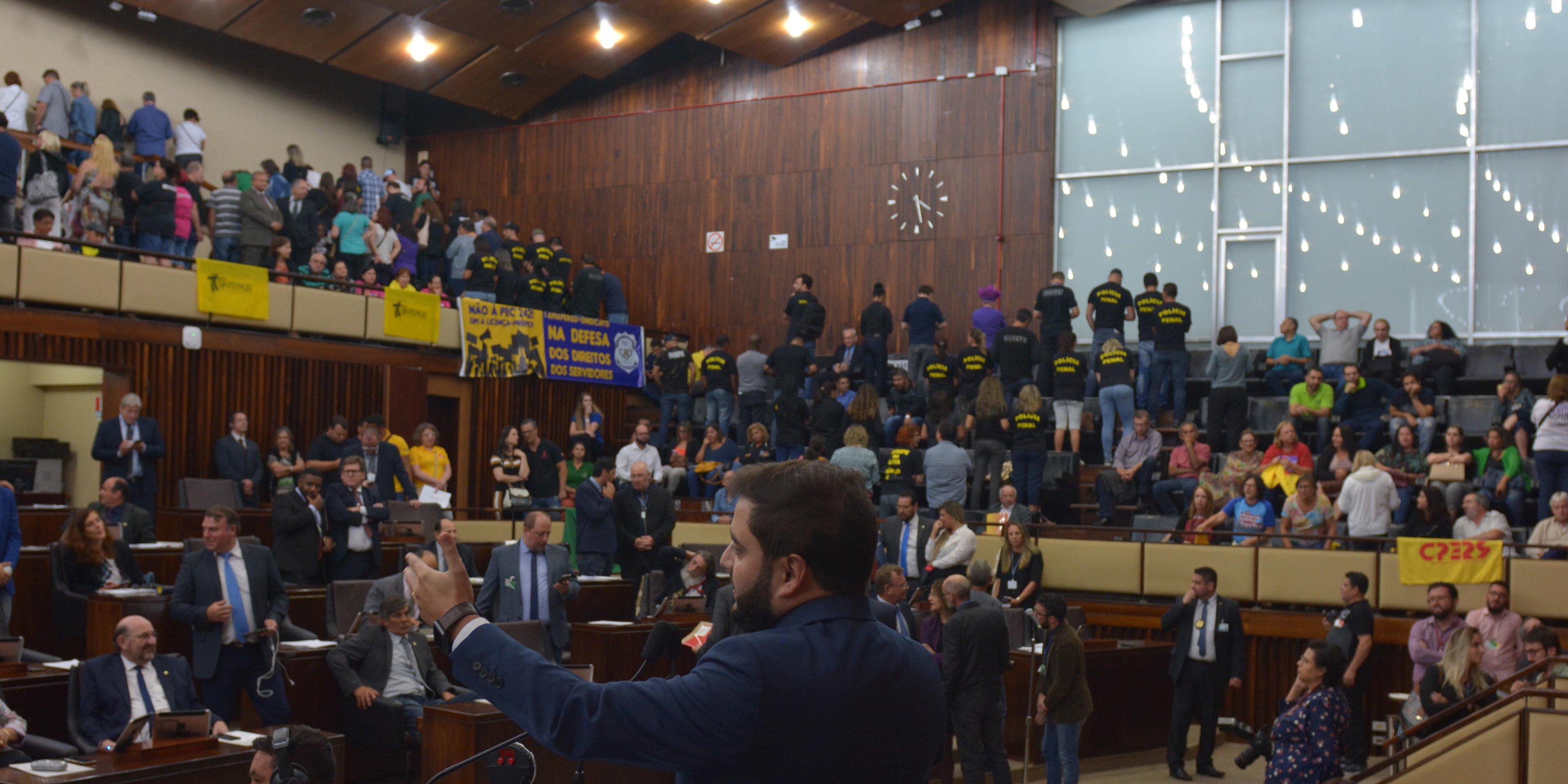 Servidores protestaram durante votação das PECs