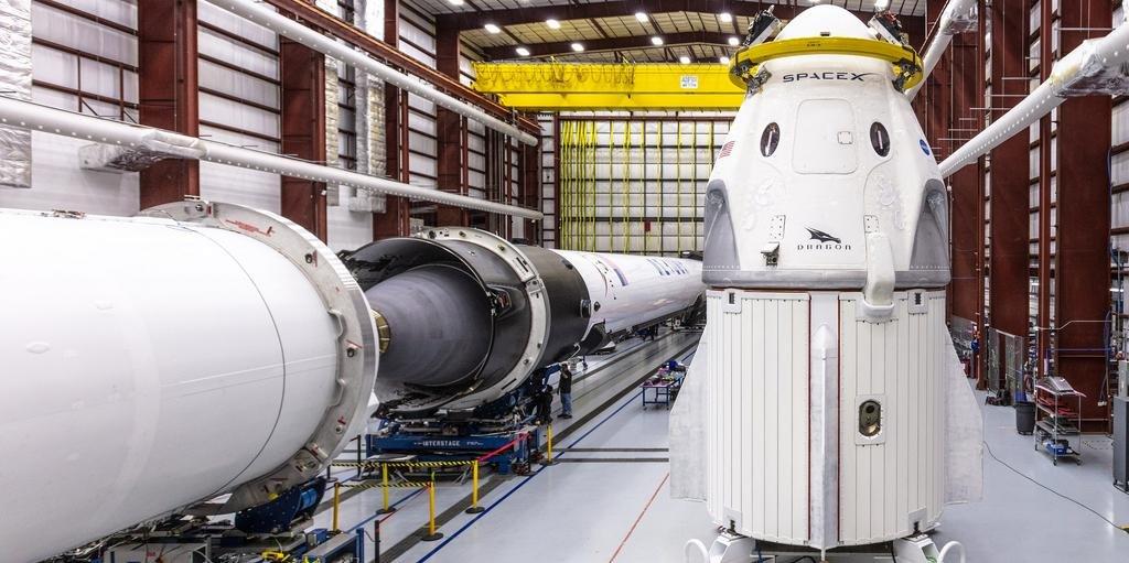 Foguete Falcon 9, com uma cápsula Crew Dragon na parte superior, decolará para a ISS no sábado às 4h49seg