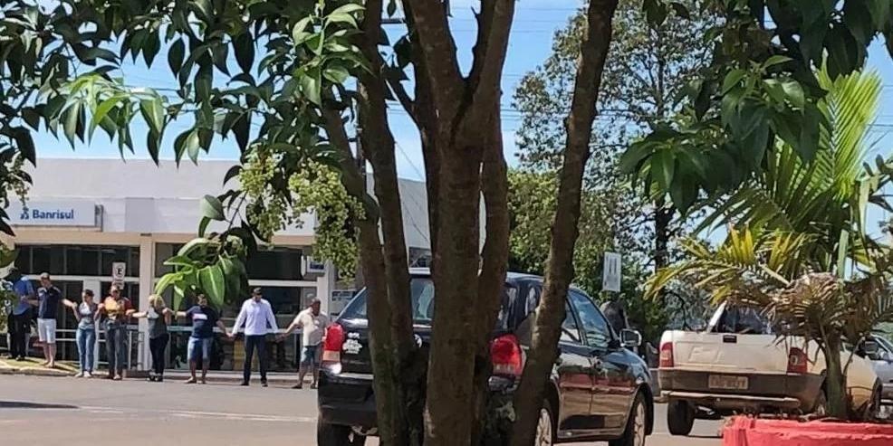 Criminosos fizeram cordão humano com 17 pessoas em frente às agências