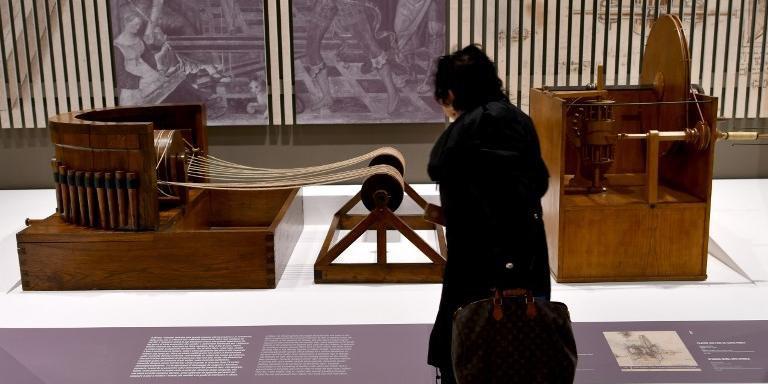 Visitante observa reprodução de obras em exposição em Roma