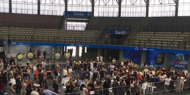 Centenas de pessoas compareceram ao velório coletivo que ocorre na Arena Suzano