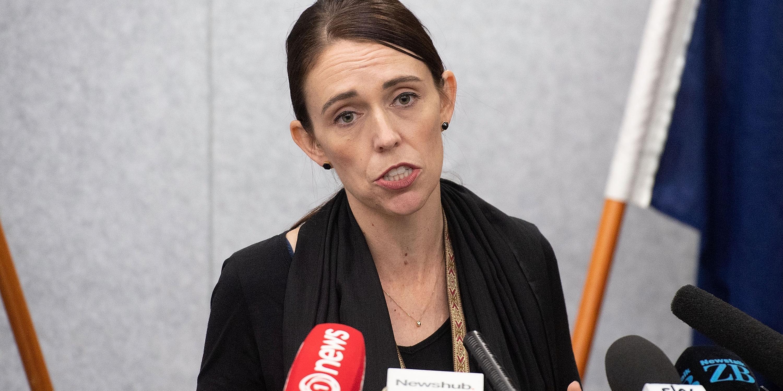 Ardern revelou que o autor extremista havia adquirido legalmente cinco armas pesadas, incluindo dois fuzis semiautomáticos