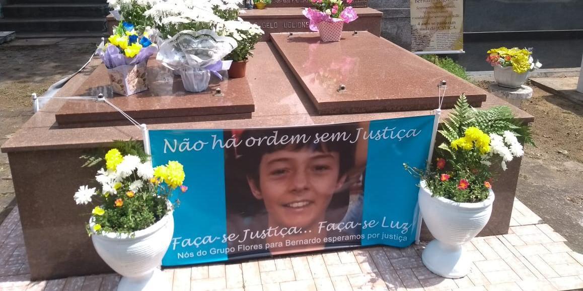 Homenagens no túmulo de Bernardo em Santa Maria