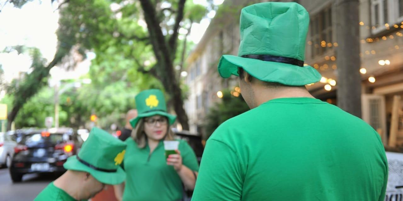 Cor verde predomina nas bebidas e vestimentas dos participantes da celebração