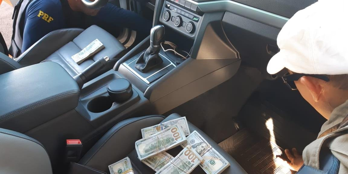 Dinheiro foi encontrado em painel de caminhonete
