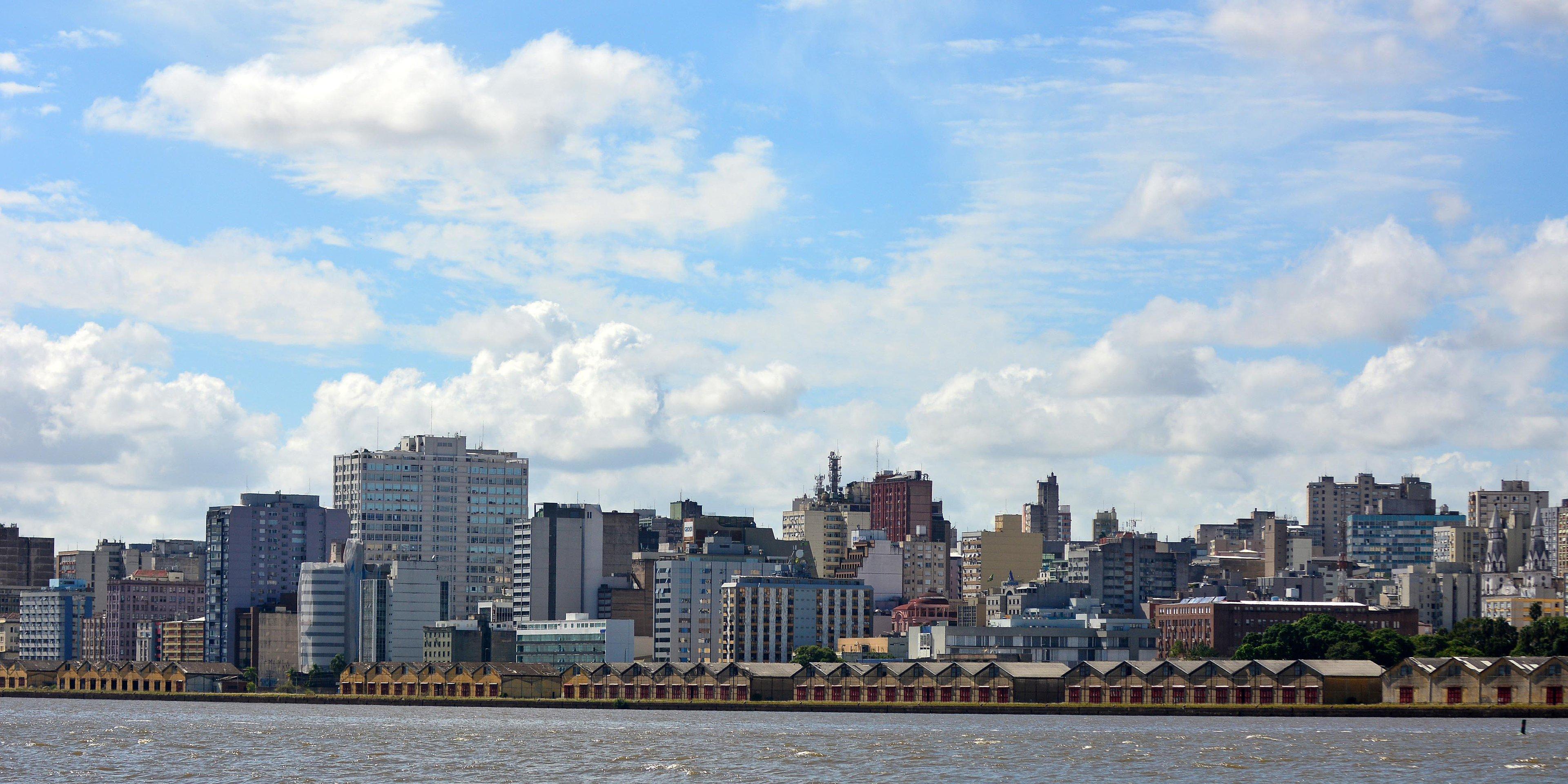 Vista tradicional da Capital, a partir do Guaíba, manancial pelo qual os porto-alegrenses nutrem sentimentos conflituosos ao longo do tempo