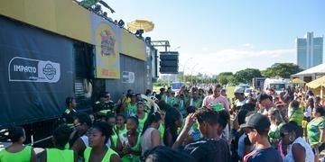 Domingo foi de mais carnaval no circuito da Orla do Guaíba, em Porto Alegre
