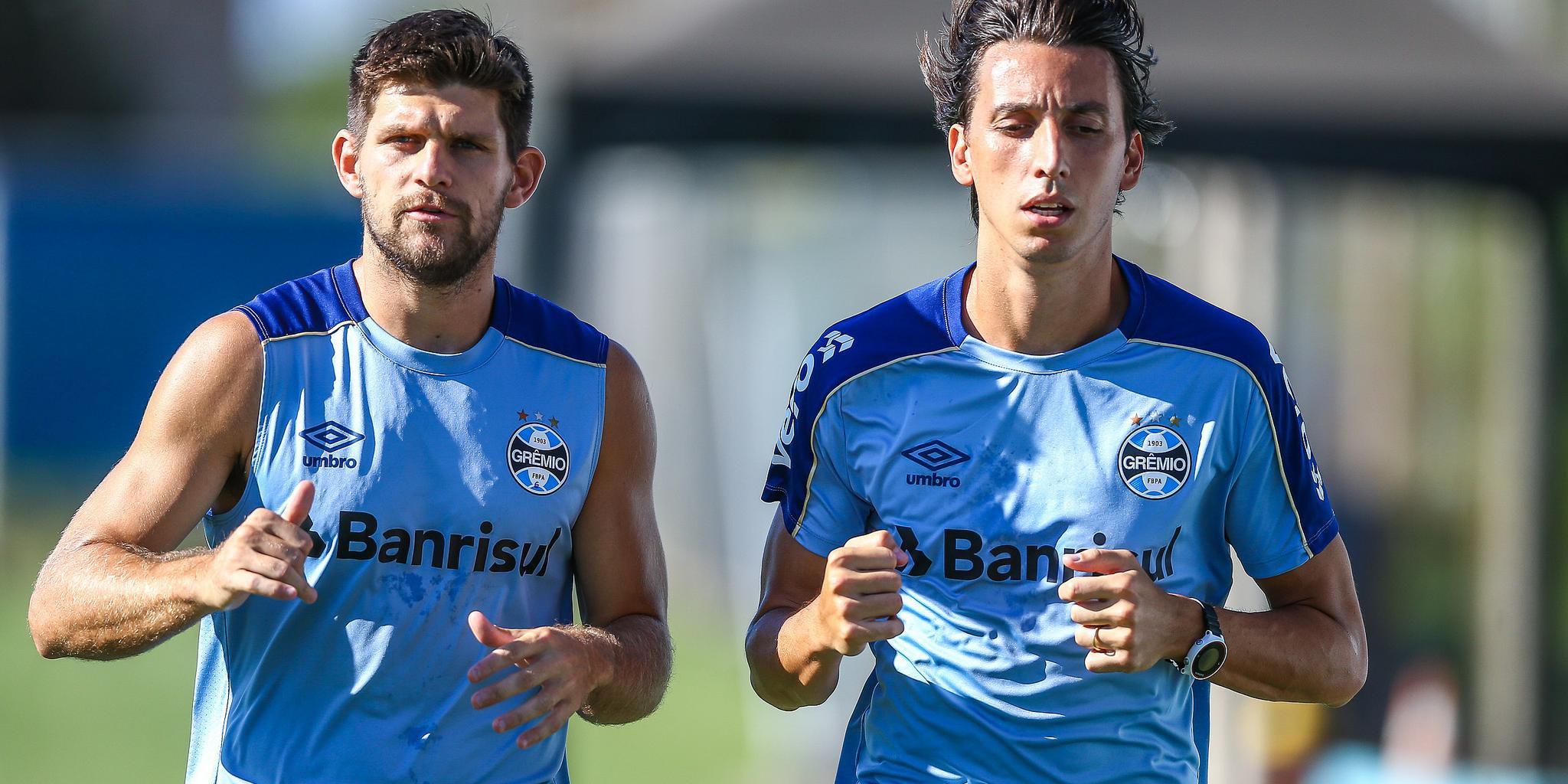 Geromel (à direita) passará por avaliações diárias no Grêmio