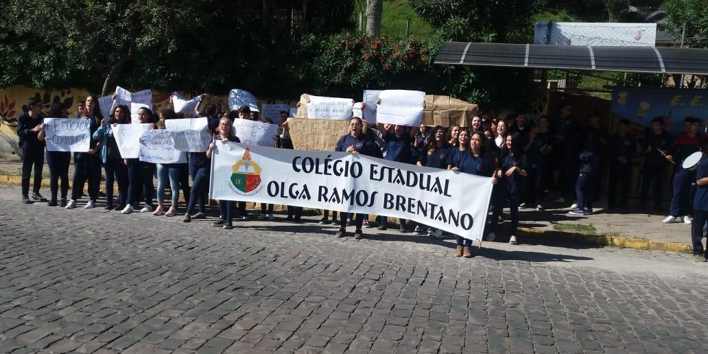 Estudantes e professores protestaram na manhã desta terça-feita