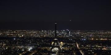 Torre Eiffel teve as luzes apagadas neste sábado
