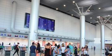Funcionários do aeroporto orientavam os usuários