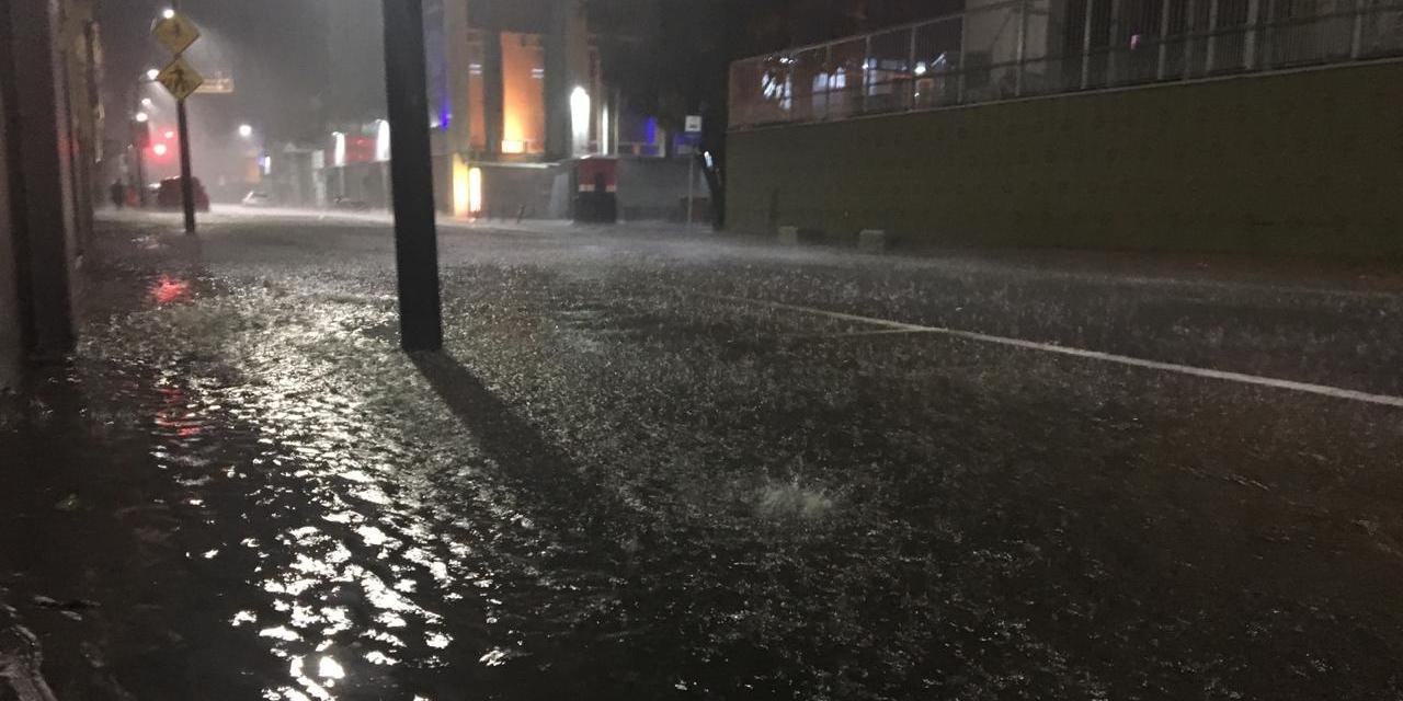 Algumas ruas e avenidas do Centro ficaram alagadas durante temporal