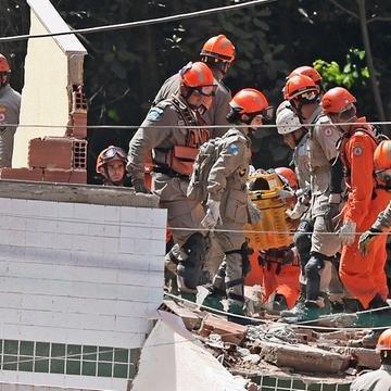 Bombeiros trabalham desde sexta para buscar sobreviventes no desabamento