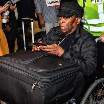 Pelé, 78 anos, realizou uma cirurgia para retirada de cálculo renal