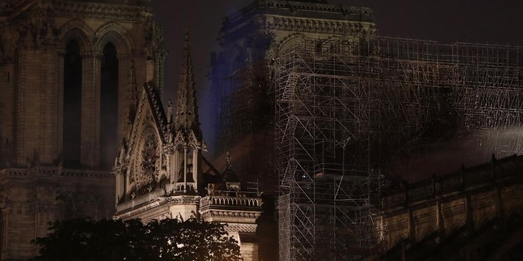 Fogo manteve cidade-luz em suspense ao longo da noite