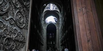 Catedral foi parcialmente destruída em incêndio na segunda-feira