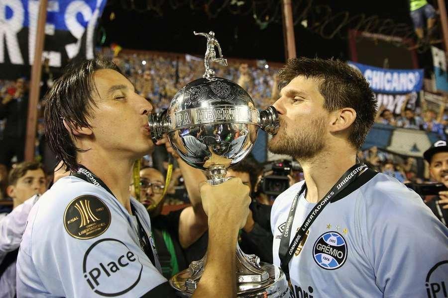 Geromel e Kanemman beijam a taça da Libertadores