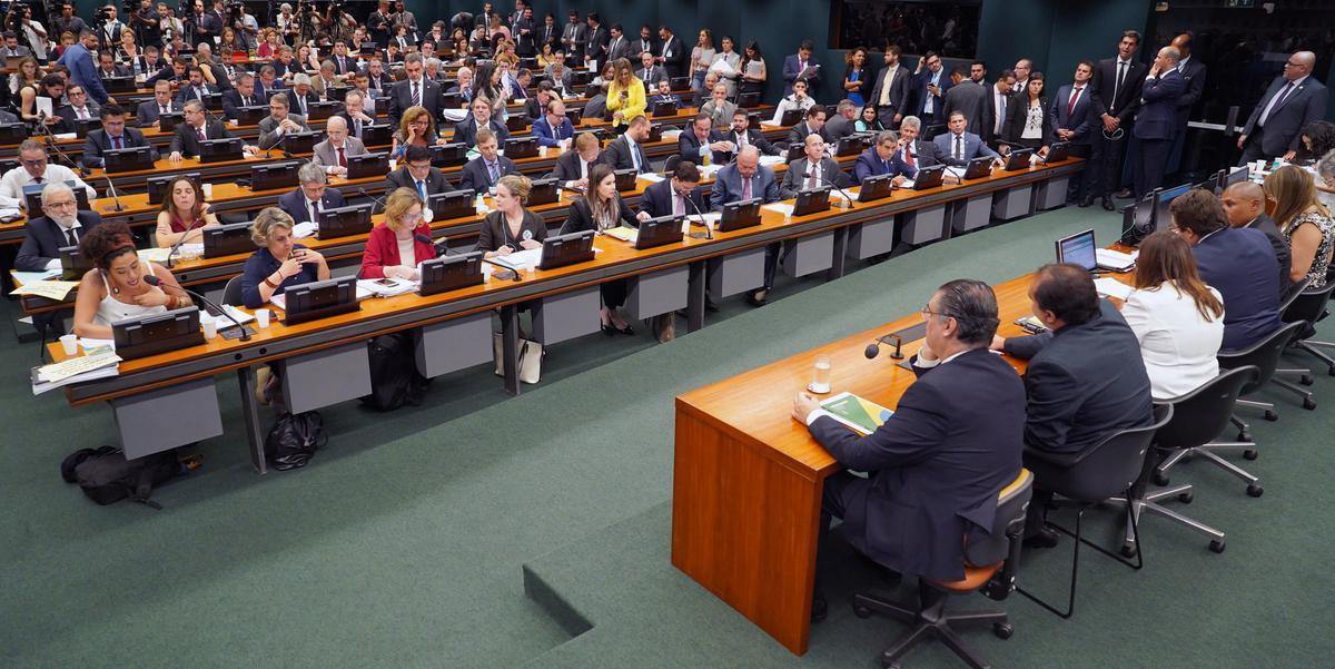 Sessão foi marcada por tentativas de obstrução de opositores
