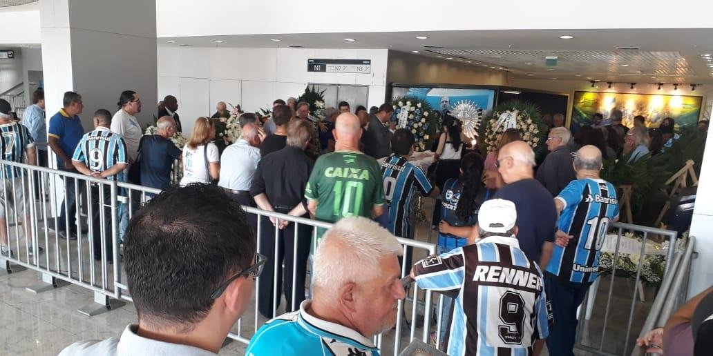 Bom número de torcedores, jogadores, comissão técnica e ex-companheiros prestaram última homenagem a Verardi