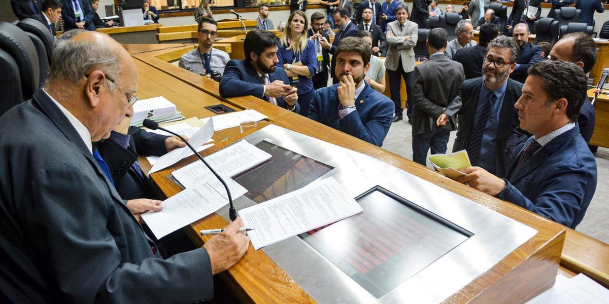 Vereadores entraram madrugada debatendo projeto de IPTU