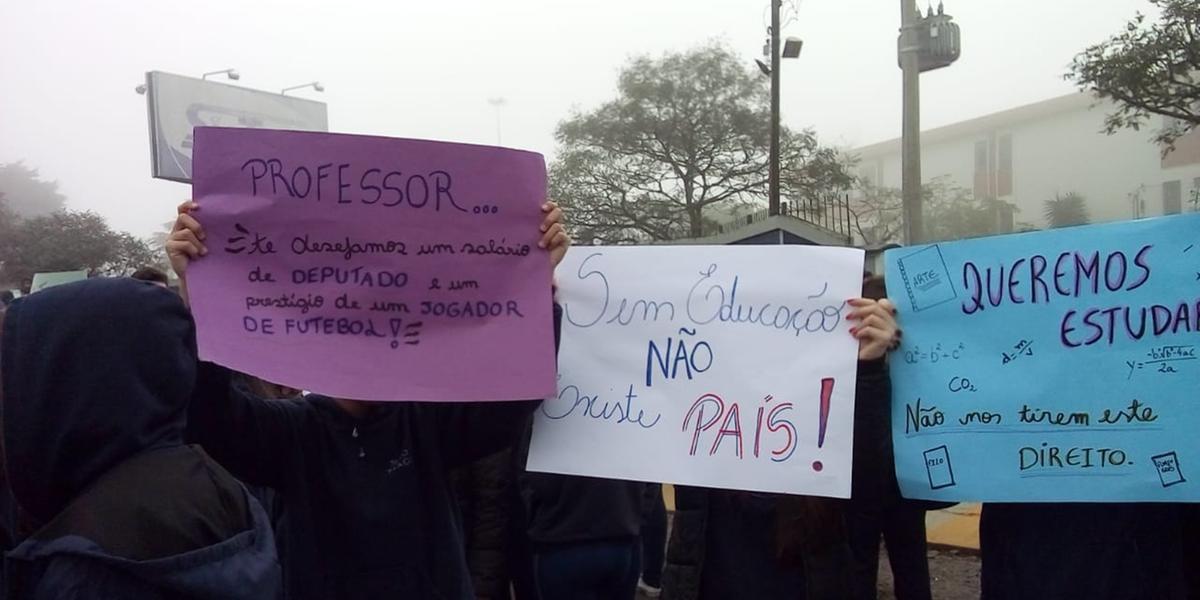 Alunos e educadores do Colégio São Tiago protestaram em Farroupilha