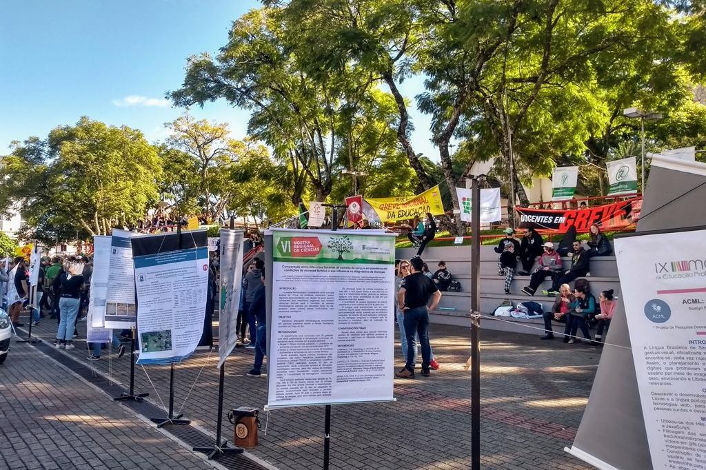 Manifestação em Frederico Westphalen contou com exposição de artigos científicos