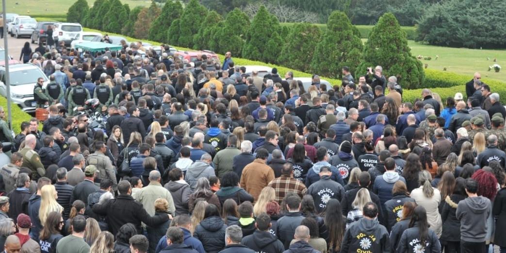 Familiares, amigos e policiais civis prestaram a última homenagem a Edler Gomes