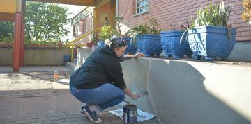 Pais e alunos organizaram  grupos para fazer a pintura dos muros e bancos, além da recuperação de grades e pilares