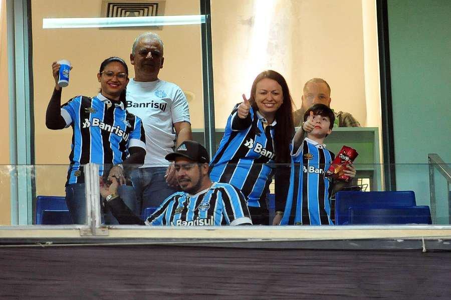 Torcedora gremista agredida no Beira Rio, Taís Dias, o menino Bernardo e a família acompanharam o jogo contra o Nacional na Arena - Foto: Fabiano do Amaral