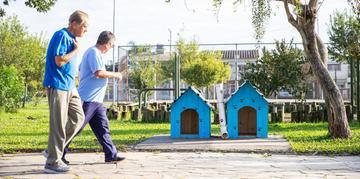 As casas são compradas ou construídas e instaladas pela própria comunidade