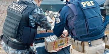 Droga foi apreendida no porta-malas de um veículo roubado