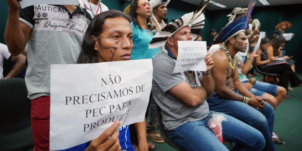 Indígenas protestaram contra a PEC durante a votação