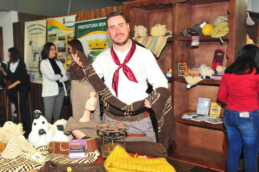 Prefeito de Dom Pedrito, Mário Augusto de Freire Gonçalves, apresenta produtos da região para visitantes na Expointer
