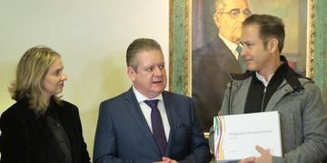 Presidente da AL, Luis Augusto Lara, recebe a peça orçamentária do governador em exercício Ranolfo Vieira e a secretária do Planejamento, Leany Lemos