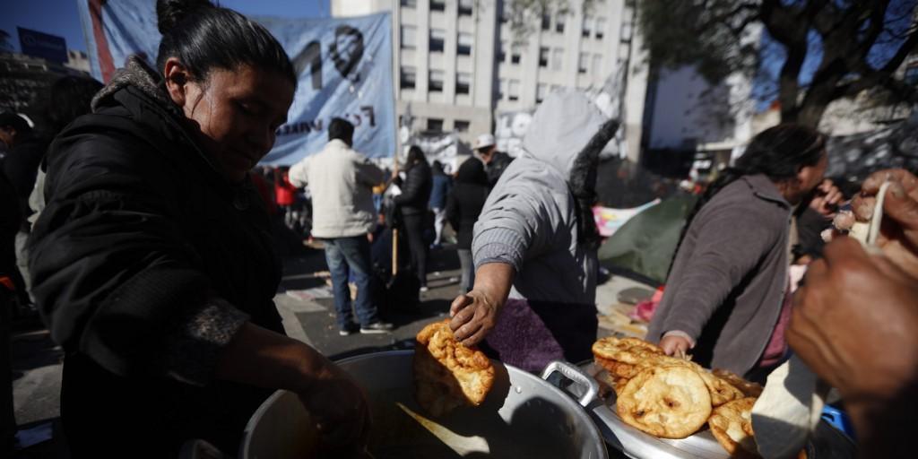 Manifestantes acamparam em frente ao Ministério de Desenvolvimento Social argentino