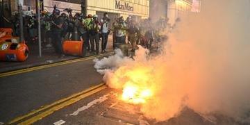 Manifestantes jogaram tijolos e coquetéis molotov sobre barreiras de plástico e grupos de policiais nos arredores da sede do governo