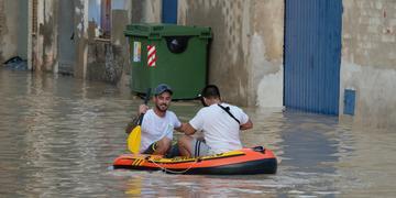 Os serviços de emergência anunciaram que centenas de pessoas foram retiradas de suas casas no sudeste da Espanha