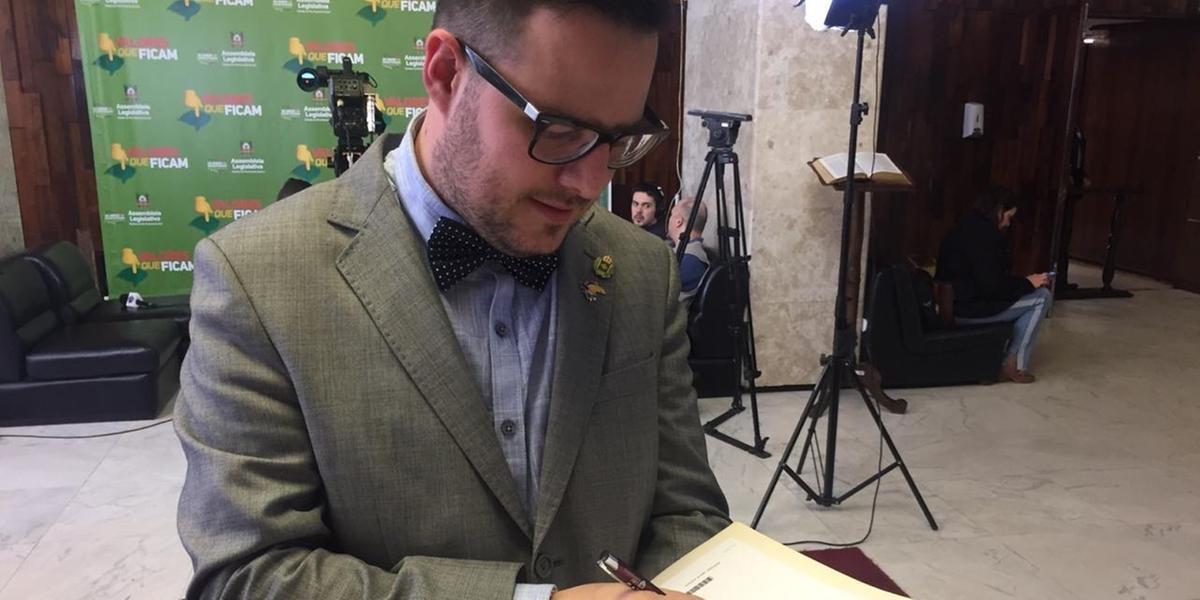 Mateus Wesp assina a emenda que congelar os gastos do Orçamento em 2020