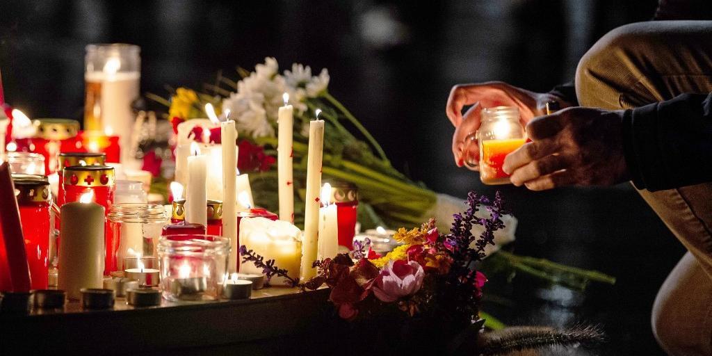 População voltou ao local para prestar homenagens às vítimas do ataque