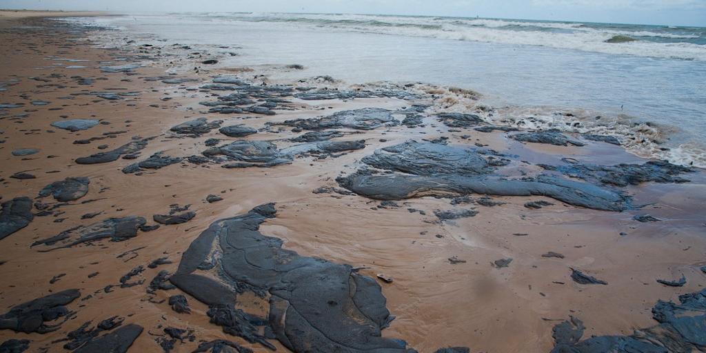 Óleo atingiu mais de 100 praias do litoral do Nordeste