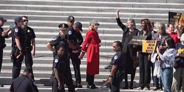 Jane Fonda foi presa com outras 15 pessoas após protesto em Washington